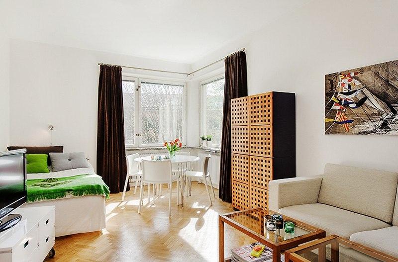 Хорошо организованная квартира-студия 32 м в Европе с оригинальной барной стойкой / перегородкой с полками.