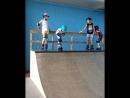 Как дети преодолевают страх в скейтпарке на роликах