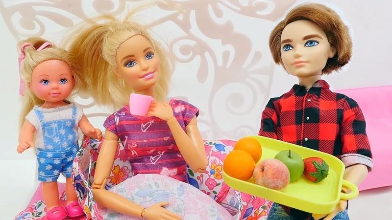 Barbie ailesi. Chelsea ve Ken çorba yapıyorlar