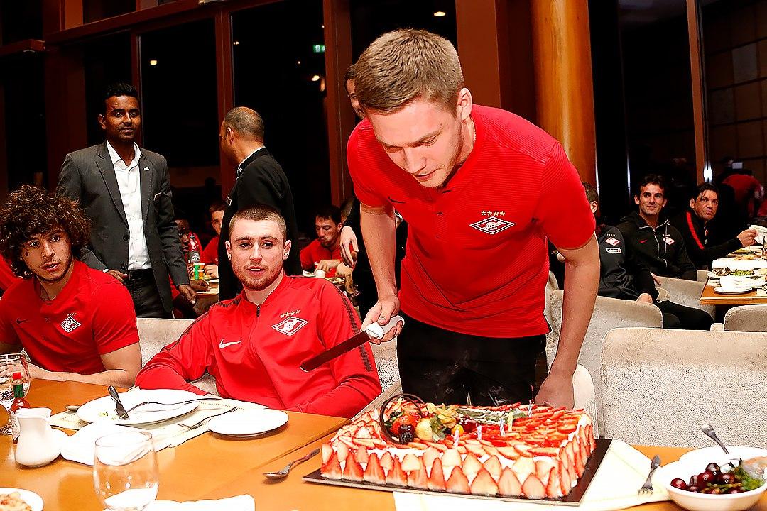 Артем Тимофеев с праздничным тортом
