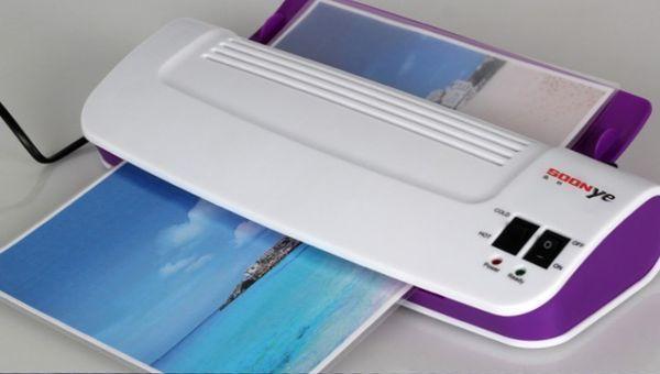 Компактная машинка для ламинирования фотографий или важных документов