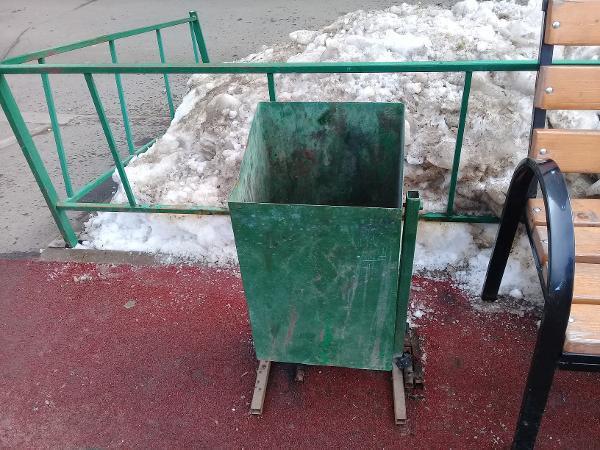 По просьбе жителя Ховрина на детской площадке по Ляпидевского установили урну