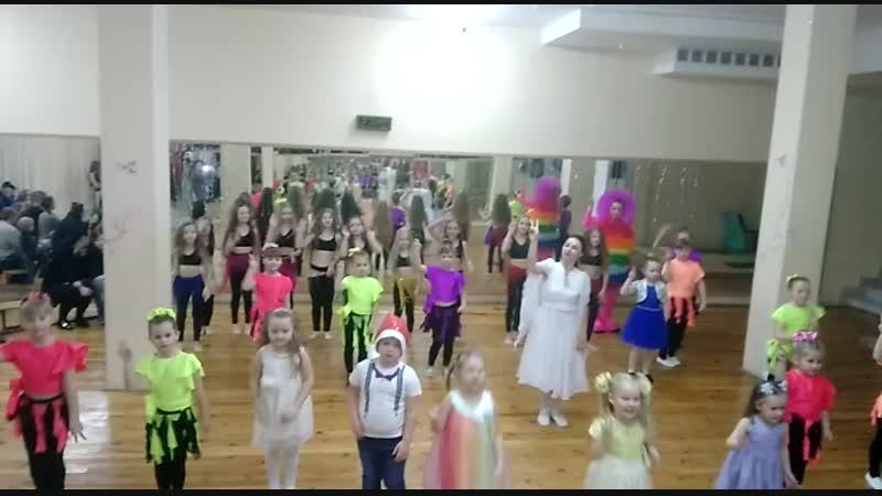 небольшой новогодний флешмоб со всеми группами под полюбившуюся всеми группами песню фиксиков Помогатор