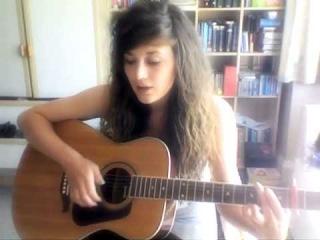 Девушка поет под гитару (eminem feat rihanna) .