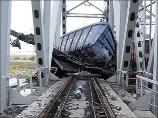 На юге Сахалина поезд сошел с рельсов и упал в море