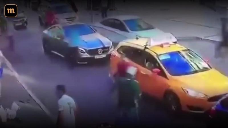 16 июня в центре Москвы таксист выехал на тротуар и врезался в пешеходов