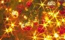 бисмарк-фуриозо цвет.  Обои Новогодние шарики на елке: Огни, Шарики, Иголки, Праздники, картинки, фото.