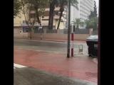 Benidorm Прямо развлечение для всех в кафе- наблюдать как машины проезжают через реку!