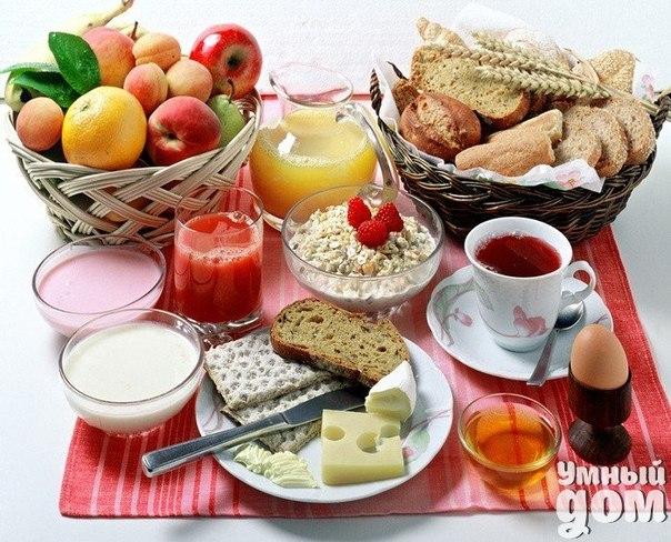 Здоровый завтрак: 1. Идеальное время завтрака – 7-8 часов утра, но не позднее 9-10 часов утра. 2. Чтобы почувствовать голод перед завтраком, можно предварительно позаниматься гимнастикой или сделать зарядку. 3. Здоровый завтрак должен включать пищу, содержащую белки, углеводы и клетчатку. 4. Самыми полезными продуктами на завтрак являются: - фрукты и овощи (стакан свежеприготовленного сока, салат из свежих фруктов с йогуртом, салат из свежих овощей со сметаной и др.); - зерновые (каши, мюсли,…
