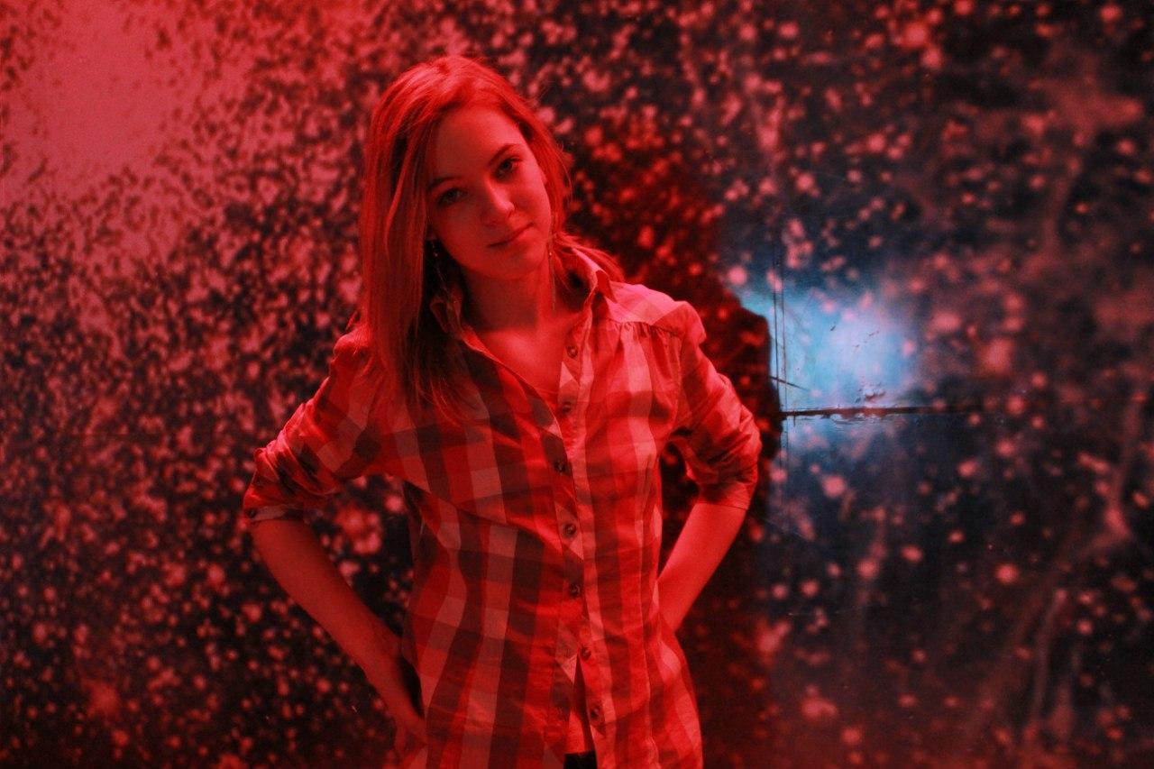 Девушка в красной клетчатой рубашке на аву