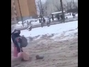 Сильная независимая девочка идет домой со школы