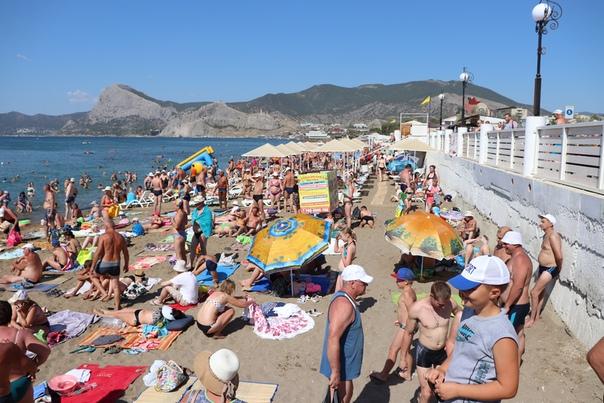 Очень узкий пляж и очень много народу. Видимо, до присоединения, здесь было меньше туристов и у набережной не забрали полезное пространство, во время реконструкции.