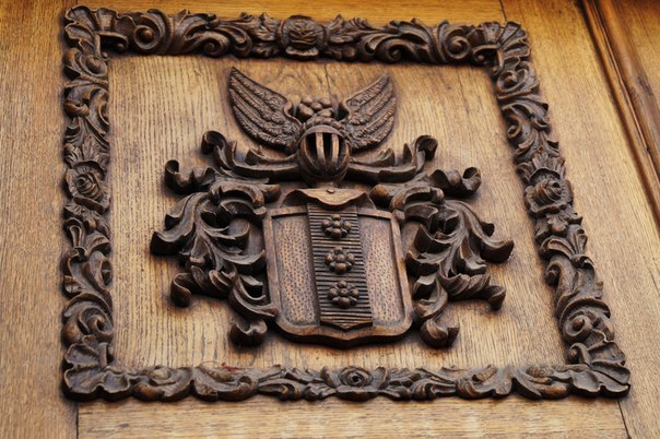 Герб вырезанный из дерева. Барельеф