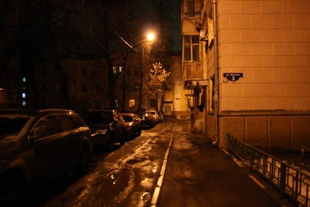 Двор на улице Минина. Конечно же автомобили толкают пешеходов в сугроб при проезде, а наледь образуется регулярно при любых осадках — слив с крыши прямо на тротуар. Никакой ливнёвки, поэтому лужи тут навечно.  Январь 2018