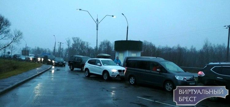 """На переходе """"Домачево"""" огромные очереди, водители стоят от 9 до 12 часов"""