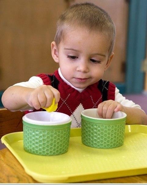 30 СПОСОБОВ С ПОЛЬЗОЙ ЗАНЯТЬ МАЛЫША 1. Берем бутылочки, баночки, пузырьки разных размеров, отвинчиваем крышки, перемешиваем и предлагаем малышу подобрать и завинтить крышки. 2. Губка, детское мыло и посуда. Медленно показываем мастер-класс по мытью кастрюли и предлагаем карапузу помыть, н-р, чайник. 3. Любая крупа, щетка, совочек. Рассыпаем и подметаем! 4. Губка, поднос вода. Разливаем – вытираем! 5. Пуговицы, шнурки, кнопки, крючки. Делаем, например зайчика и морковку и скрепляем их между…