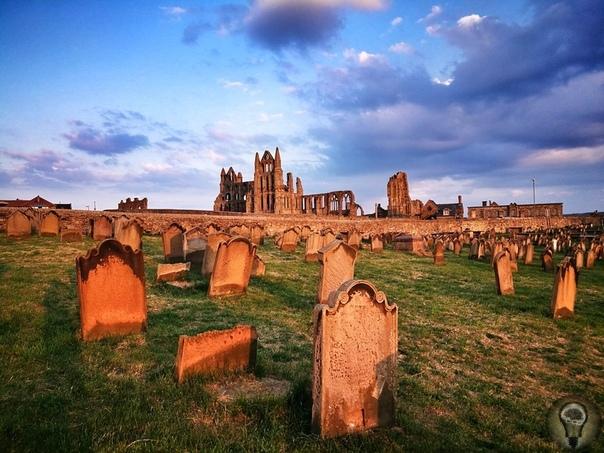 Аббатство Уитби и его аномалии На востоке Британии, у самой кромки моря, стоят древние готические руины монастыря. Некогда он процветал, был разрушен и снова восстановлен. Теперь же, увы, снова