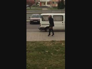 Лысый мужчина в мини-юбке гуляет по Бресту