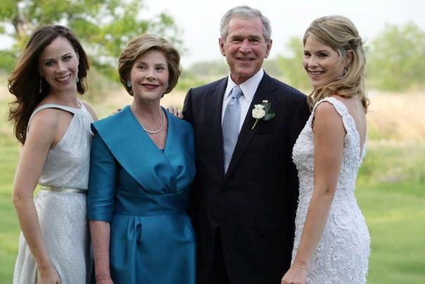 Джордж Буш Джордж Уокер Буш, или Буш-младший, появился на свет в городе Нью-Хейвен, штат Коннектикут, 6 июля 1946 года. Его отцом стал Джордж Герберт Буш, сейчас более известный как Буш-старший