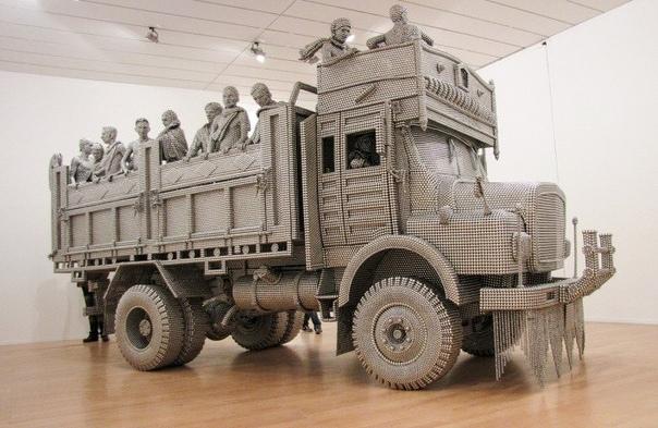 Сотни тысяч шариков из нержавеющей стали и 18 месяцев работы потребовалось для создания этой детальной скульптуры. Грузовик с фигурами людей в натуральную величину построен с помощью