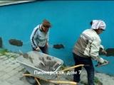 Проводятся ремонтные работы приямков и штукатурки цоколя дома 7, ул. Пионерская