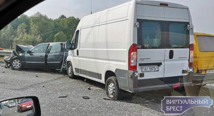 На проспекте Республики произошло ДТП с участием двух микроавтобусов и легкового авто
