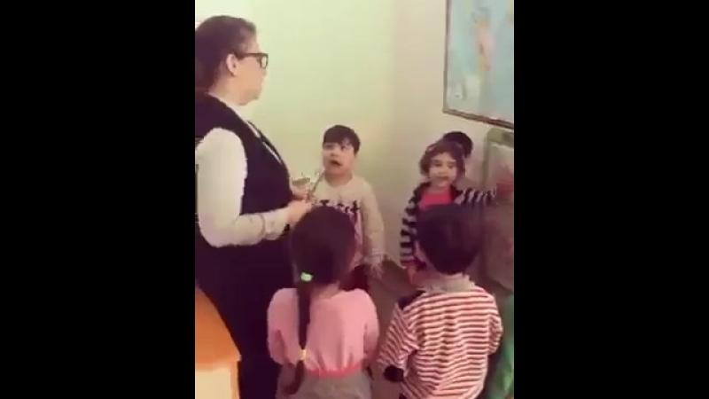 Наши дети должны знать правду.Учительница в Баку учит детей.Азербайджан Azerbaijan Azerbaycan БАКУ BAKU BAKI Карабах Армения HD