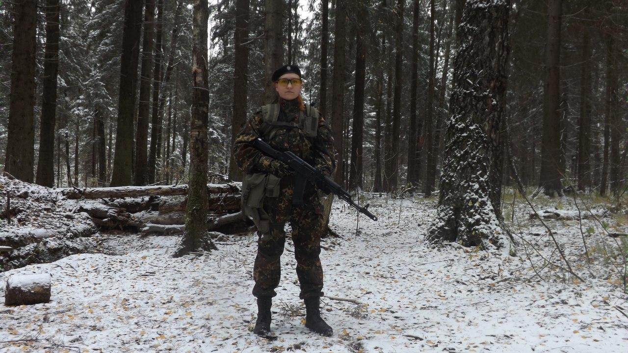 Боец ПКРК в летней форме в осеннем лесу.
