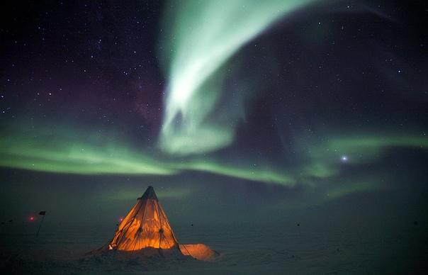 Северное сияние над арктической научной станцией Амундсен-Скотт на Южном полюсе.