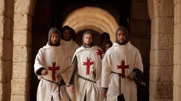 Тамплиеры — кто они После завоевания крестоносцами Иерусалима огромный поток паломников устремился на Святую землю. Девять бедных рыцарей добровольно взяли на себя обязанность охранять их. В 1119 году они основали свой орден, назвав его «Нищие рыцари». Но