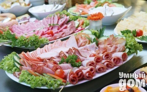 Красивое оформление мясных нарезок: идеи и примеры! Без мясной нарезки не обходится ни один полноценный праздничный стол. В этой статье мы расскажем о том, как можно быстро и просто красиво оформить нарезку из мяса, мясных продуктов и колбасы. Собравшиеся за любым праздничным столом гости всегда обращают внимание не только на вкус, но и на внешний вид стоящих на нем блюд. И если кушанья оформлены красиво, то торжество впечатляет еще больше! Красиво оформить тарелку с мясной и колбасной…