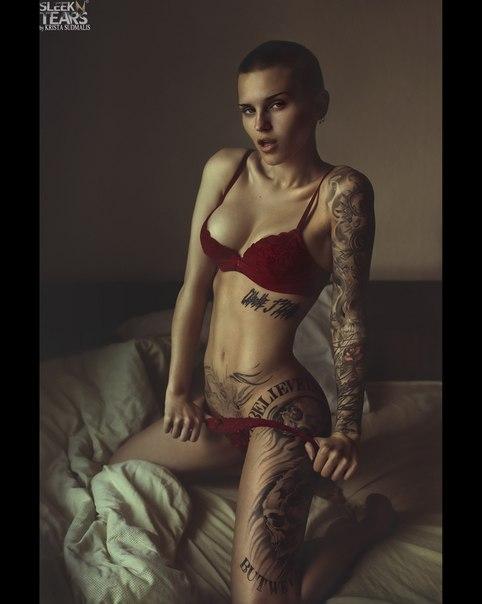 лысая татуированная девушкой