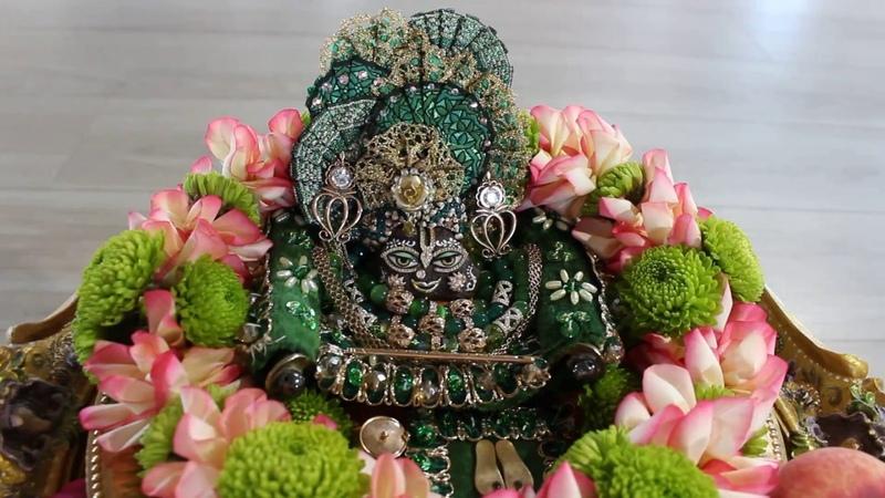 Божество Гирирадж Махарадж Джугала Кишор Giriraj Jugala Kishor