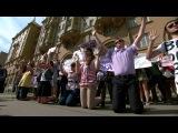 Студенты встали на колени у посольства США в Москве из-за событий в Фергюсоне