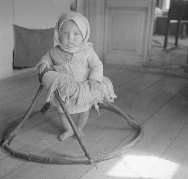 Учится ходить. 1942 год