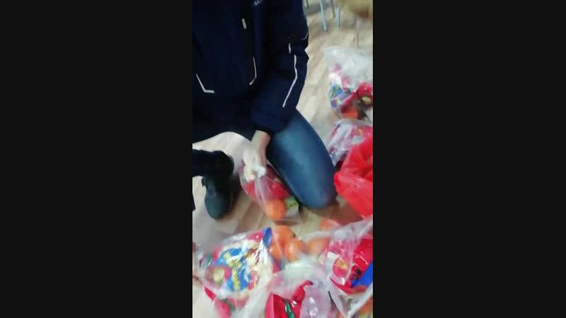 принесли подарки в детдом
