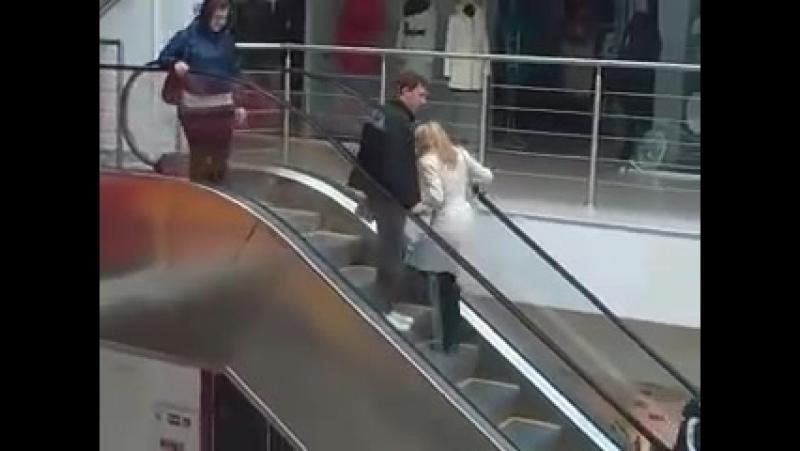 Блондинка и эскалатор (Владивосток)
