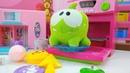 Vídeo de Om Nom. Juguete hace una torta. Juguetes para niños.