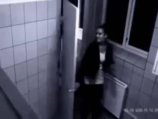 Девушка избила парня в сортире.