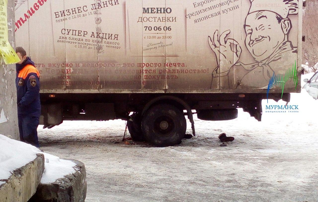 В Мурманске пенсионерку на костылях разорвало под колесами грузовика