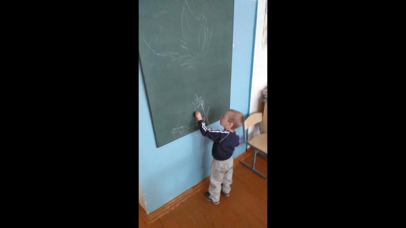 20 06 2018 Сашенька рисует мелом на досках в школе