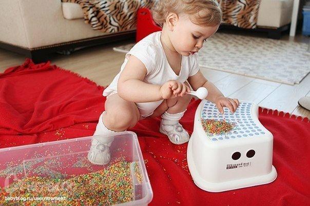 Чем занять ребенка, когда надоели игрушки? 1. Волшебная сумочка. Возьмите свою старую сумку, положите в нее баночки от старых кремов, пудры, и губных помад (вымытые), пустые коробочки, крупные пуговицы, ручки без стержней, старый телефон, пульт от телевизора, блокнотик, карандашик и прочую ерунду (не острую, не грязную и не опасную для малыша). Можно разложить во внутренние карманчики и закрыть замочки и дайте ребенку на растерзание. Дети с игрушками столько не возятся, сколько с этими…
