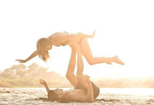 Если бы мы слушались нашего разума, у нас бы никогда не было любовных отношений. У нас бы никогда не было дружбы. Мы бы никогда не пошли на это, потому что были бы циничны: «Что-то не то происходит» или: «Она меня бросит» или: «Я уже раз обжёгся, а потому…» Глупость это. Так можно упустить всю жизнь. Каждый раз нужно прыгать со скалы и отращивать крылья по пути вниз. Рэй Брэдбери