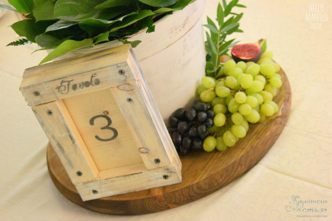 деревянный номер стола как украшение итальянской свадьбы