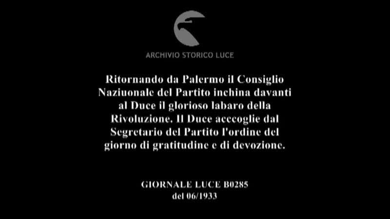 Ritornando da Palermo il Consiglio Nazionale del Partito inchina davanti al Duce il glorioso Labaro.mp4