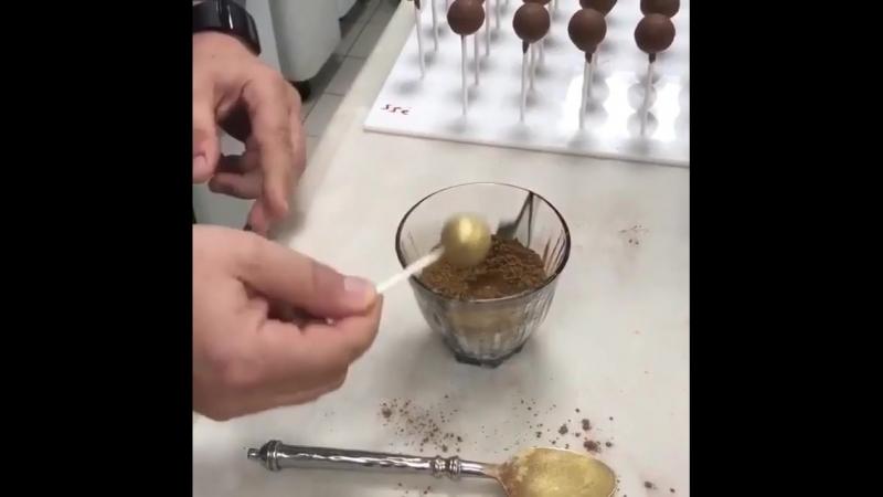 окрашивание кейк-попсов с помощью кандурина и какао