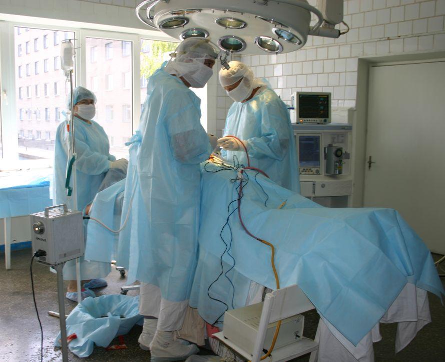 Исторический кадр с первой в Запорожье операции по удалению опухоли головного мозга методом ультразвуковой аспирации