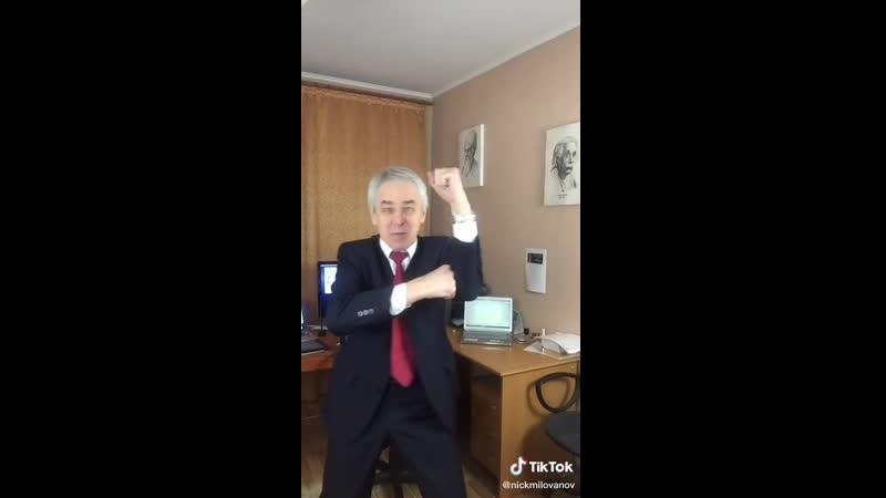 Учитель снимает видео в TikTok