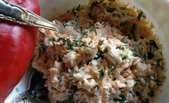 САЛАТ С РЕДЬКОЙ ЛЕТНИЙ Нам понадобится:- редька черная, 1 шт.- морковь, 1 шт.- лук репчатый, 1 шт.- петрушка зелень,1 пучок- соль, по вкусу - сметана 15%- майонез, по вкусуДелаем:На терке