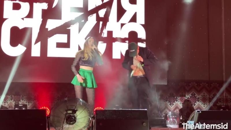 На концерте группы ВРЕМЯ И СТЕКЛО в Днепре у Позитива расстегнулась ширинка